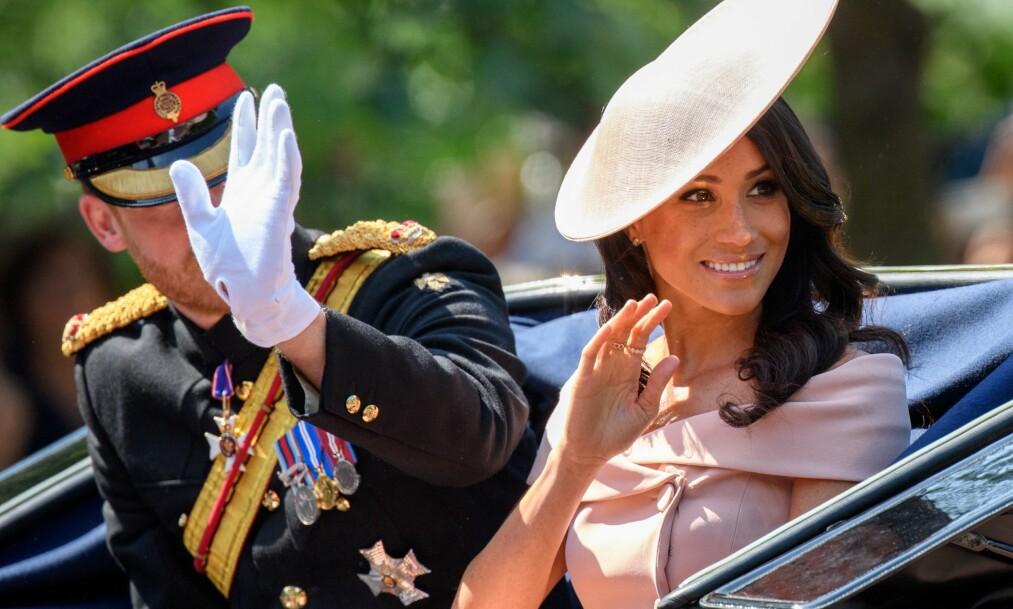 <strong>TILBAKE FRA BRYLLUPSREISE:</strong> Det nygifte hertugparet av Sussex viste seg sammen i London i dag. Det har ikke gått ubemerket hen. Foto: NTB Scanpix