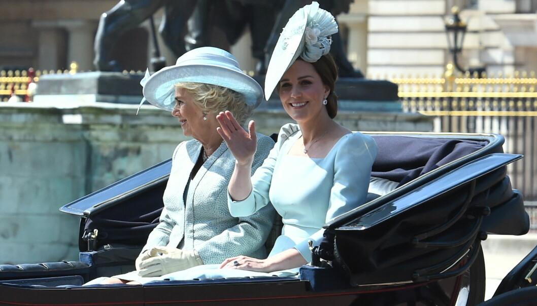 <strong>MATCHET:</strong> Både hertuginne Camilla og hertuginne Catherine valgte å gå for lyseblå antrekk under dagens parade. Foto: NTB Scanpix