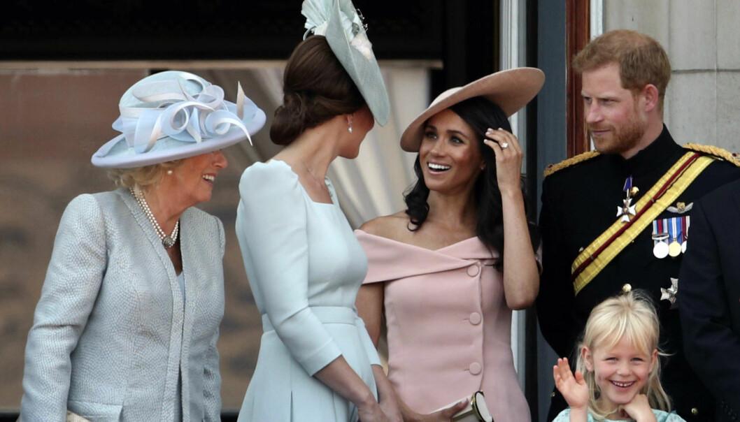 <strong>GOD STEMNING:</strong> Etter dagens parade var det for duket for flyshow utenfor Buckingham Palace, fulgt fra slottsbalkongen av de britiske kongemedlemmene. Og det er ingen tvil om at Meghan er tatt inn i varmen. Foto: NTB Scanpix