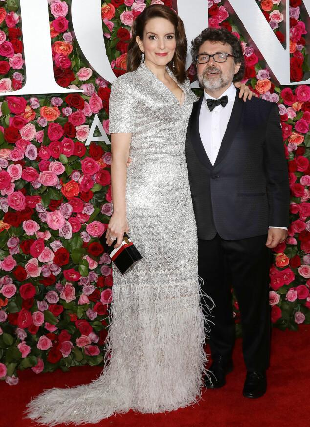GLITRET: Skuespiller og komiker Tina Fey ankom den røde løperen sammen med ektemannen Jeff Richmond. Hun var ikledd en kreasjon fra designeren Thom Browne. Foto: NTB scanpix