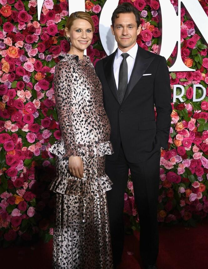 BLIR FORELDRE IGJEN: Skuespiller Claire Danes var ikledd en metalisk kjole i leopardmønster, mens ektemannen hadde på seg en klassisk sort dress. Foto: NTB scanpix
