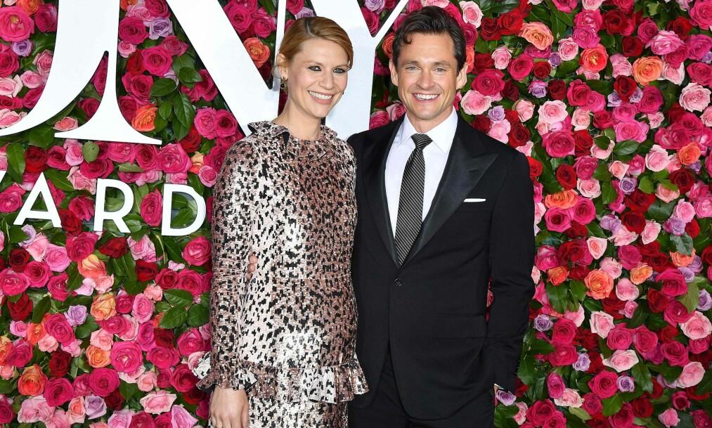 VISTE FREM MAGEN: Skuespillerparet Claire Danes og Hugh Dancy var i strålende humør da de ankom søndagens Tony Awards. Foto: NTB scanpix