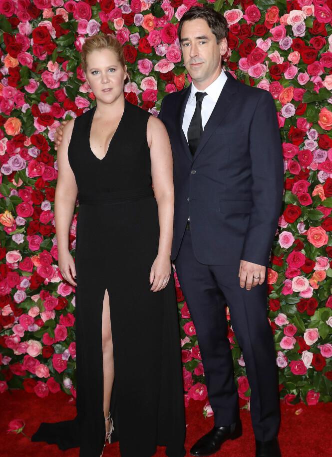 DEBUT: Komikerstjernen Amy Schumer hadde med seg ektemannen Chris Fischer for første gang på rød løper. Foto: NTB scanpix