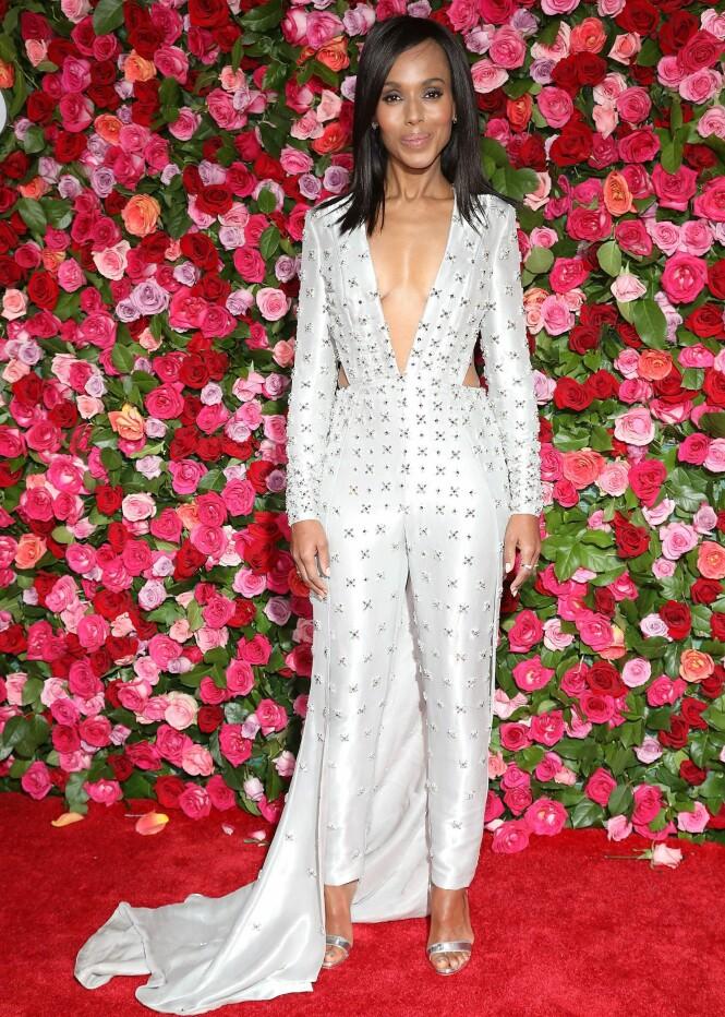 STRÅLTE: Skuespiller Kerry Washington, kjent fra blant annet tv-serien «Scandal», hadde på seg en buksedress fra Versace. Foto: NTB scanpix