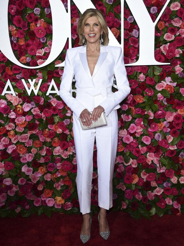 FLOTT I HVITT: Skuespiller Christine Baranski hadde på seg en dress fra Alexandre Vauthier. Foto: NTB scanpix