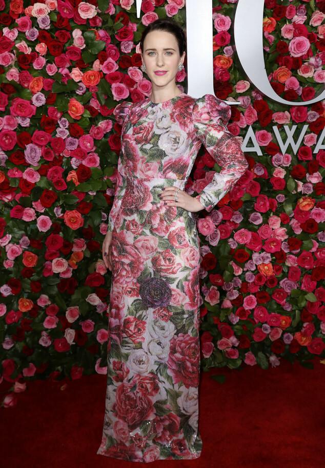 SOMMERLIG: Skuespiller Rachel Brosnahan, blant annet kjent fra «House of Cards», strålte i en kjole fra Dolce & Gabbana. Foto: NTB scanpix