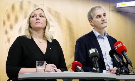 VARSLINGSSAKENE: Støre og partisekretær Kjersti Stenseng svarer på spørsmål fra pressen om varslingssakene mot Trond Giske. Foto: Henning Lillegård / Dagbladet .