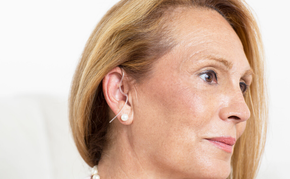 TABU MED HØREAPPARAT?: Ikke vær flau over at du må bruke høreapparat, oppfordrer kroppsbilde-forsker. I artikkelen under kommer Ingela Lund Kvalem med gode råd. Foto: Scanpix.