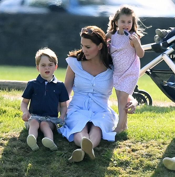 FAMILIEKJÆR: Hertuginne Kate er opptatt av å tilbringe tid med barna sine. Her sammen med prins George og prinsesse Charlotte. Foto: NTB Scanpix