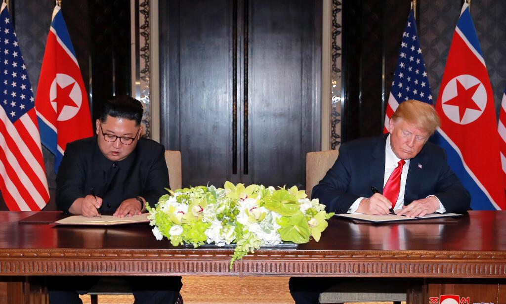 SIGNERING: Ifølge Nord-Korea innebærer dokumentet Donald Trump og Kim Jong-un skrev uner på tirsdag at USA har gått med på at Nord-Korea skal gjennomgå en trinnvis atomnedrustning. Foto: KCNA via REUTERS / NTB scanpix