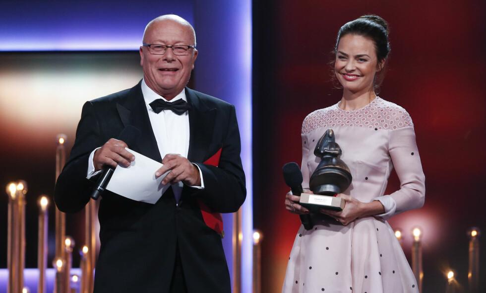 I FJOR: Skuespiller Nils Ole Oftebro og Agnes Kittelsen delte ut pris under Amandaprisen 2017. Foto: Jan Kåre Ness / NTB scanpix
