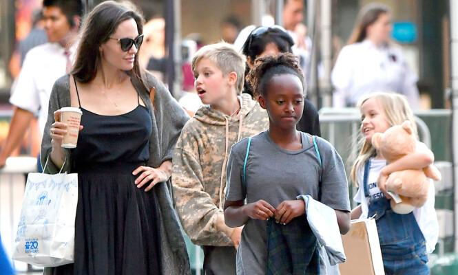 MÅ KJEMPE FOR Å BEHOLDE OMSORGSRETTEN: Angelina Jolie sammen med barna Shiloh, Zahara (i front) og Vivienne (t.h). Foto: NTB scanpix