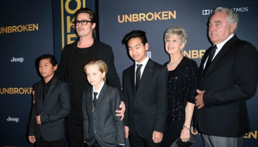 VIL SE BARNA: Brad Pitt har gitt tydelig uttrykk for at han ønsker å tilbringe mest mulig tid sammen med barna. På dette bildet ser vi Pax, Shiloh (også kjent som John) og Maddox. Til høyre i bildet er Pitts foreldre, altså barnas besteforeldre. Foto: NTB Scanpix