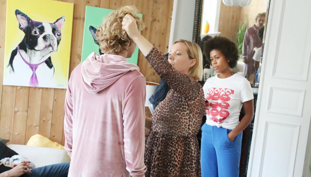 FLERE DAMER I KULISSENE: «Hvite gutter»-crewet består av flere bra damer. Her blir skuespiller Johannes Roaldsen Fürst stylet av sminkør og kostymør Bella Leikanger Mork og kostymeass. og set-kostymør Salima Breie Jobarteh (bak i blått). FOTO: Malini Bjørnstad // KK