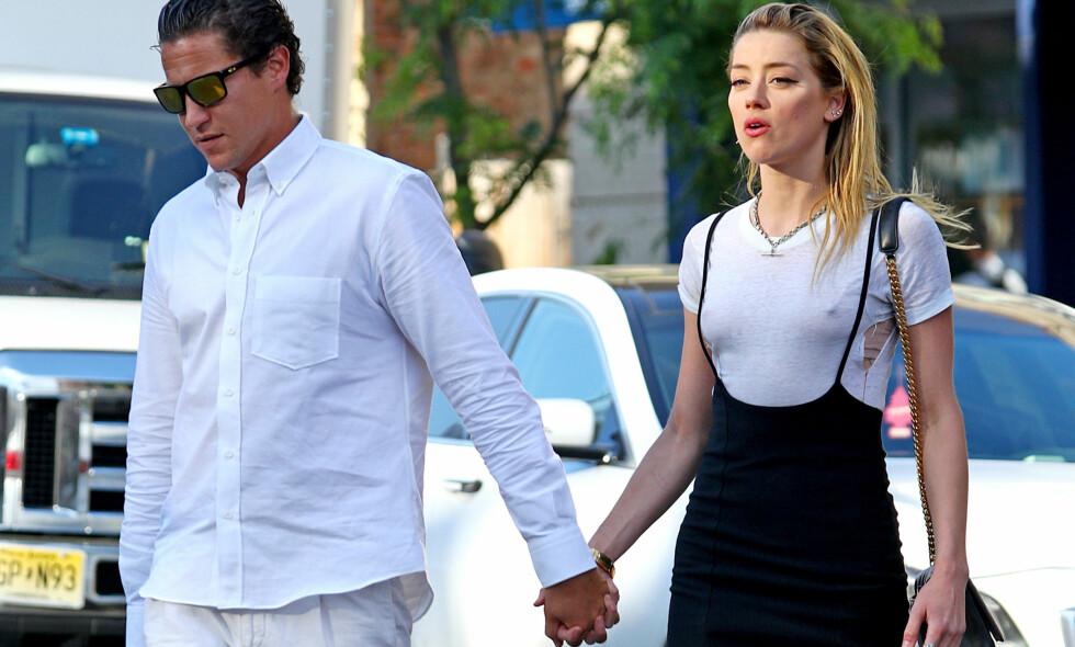 HÅND I HÅND: Skuespiller Amber Heard og kunsthandler Vito Schnabe avbildet sammen l i New York forrige uke. Foto: Splash News/ NTB Scanpix