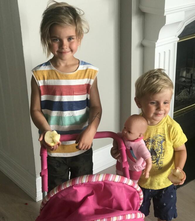 ROSA: Kariannes sønner Viktor (5) og Jeppe (2) har både dukke og dukkevogn på sitt rom. Foto: Privat