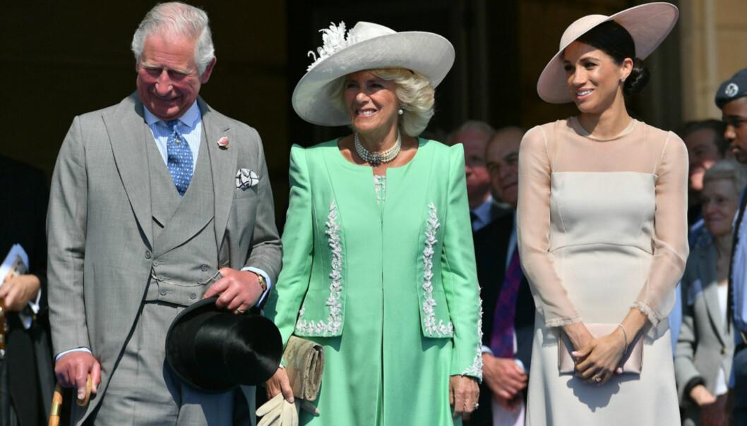 <strong>I GODT SELSKAP:</strong> Hertuginne Meghan sammen med svigerforeldrene prins Charles og hertuginne Camilla i hagefesten forrige måned. Foto: NTB scanpix