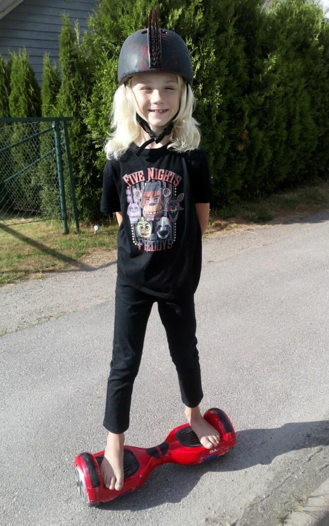 HELT HEKTA: Ni år gamle Liam er et av mange barn som har fått hoverboard etter at aldersgrensen ble opphevet. Brettet brukes både til lek og transport. Foto: Privat