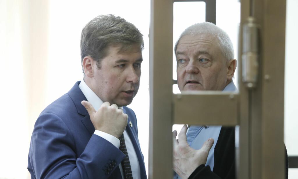 EN VEI UT?: Finnes det en vei ut herfra? Frode Berg og hans russiske forsvarer Ilja Novikov. Foto NTB Scanpix