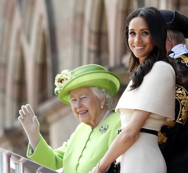 STRÅLER: Den nygifte hertuginnen smilte mot de som hadde møtt opp til åpningen sammen med dronning Elizabeth. Foto: Scanpix