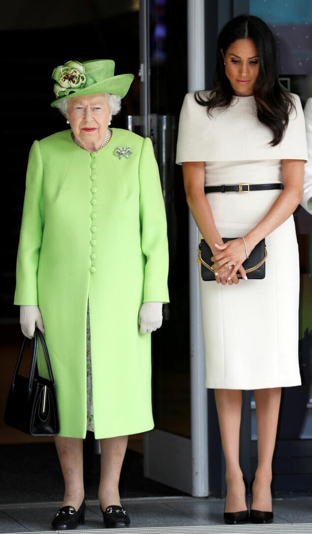 KONTRASTER: Dronning Elizabeth gikk som vanlig for et fargesterkt antrekk, mens hertuginne Meghan gikk for noe mer nøytralt. Foto: Scanpix