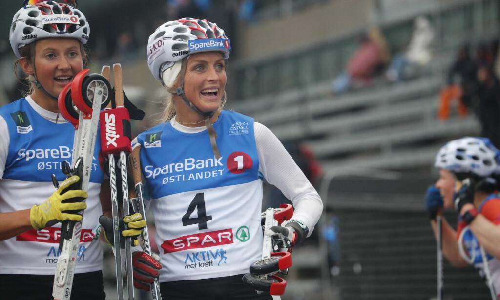 TREDJEPLASS: Therese Johaug var strålende fornøyd etter tredjeplassen i Holmenkollen rulleskishow. Foto: Cornelius Poppe / NTB scanpix