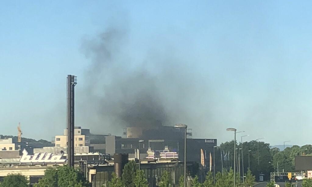 Røykutvikling på Hasle i Oslo under bilbrann fredag morgen. (Foto: Trond Alsvik)