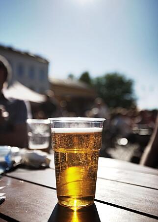 ØLTØRST: Nordmenn bidrar godt til at hver innbygger i Strømstad framstår som ekstremt øltørst. Mens vanlig årskonsum ligger på 20-40 liter i Norden, ligger det på 441 liter pr innbygger i Strømstad. Fotograf: Christian Roth Christensen / Dagbladet