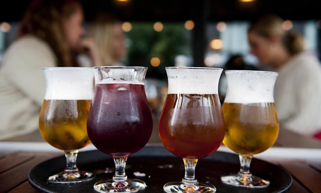 PRISHOPP: Det er store prisforskjeller på øl som selges på Vinmonopolet i Norge og på Systembolaget i Sverige. Systemet tar seg mye mindre betalt for å selge ølet. Selv norskbrygget håndverksøl koster mindre i Sverige. Illustrasjonsfoto: BENJAMIN A. WARD