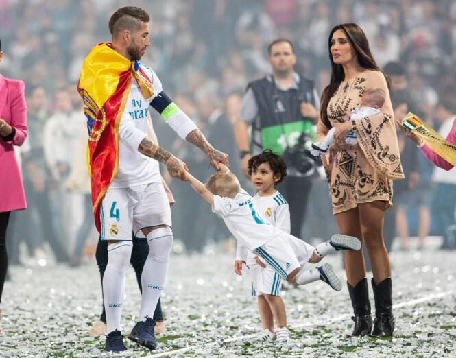 FAMILIEIDYLL: Pilar Rubio tok med seg sønnene Sergio, Marco og Alejandro for å gratulere pappa Sergio Ramos med Champions League-tittelen i mai. FOTO: NTB Scanpix