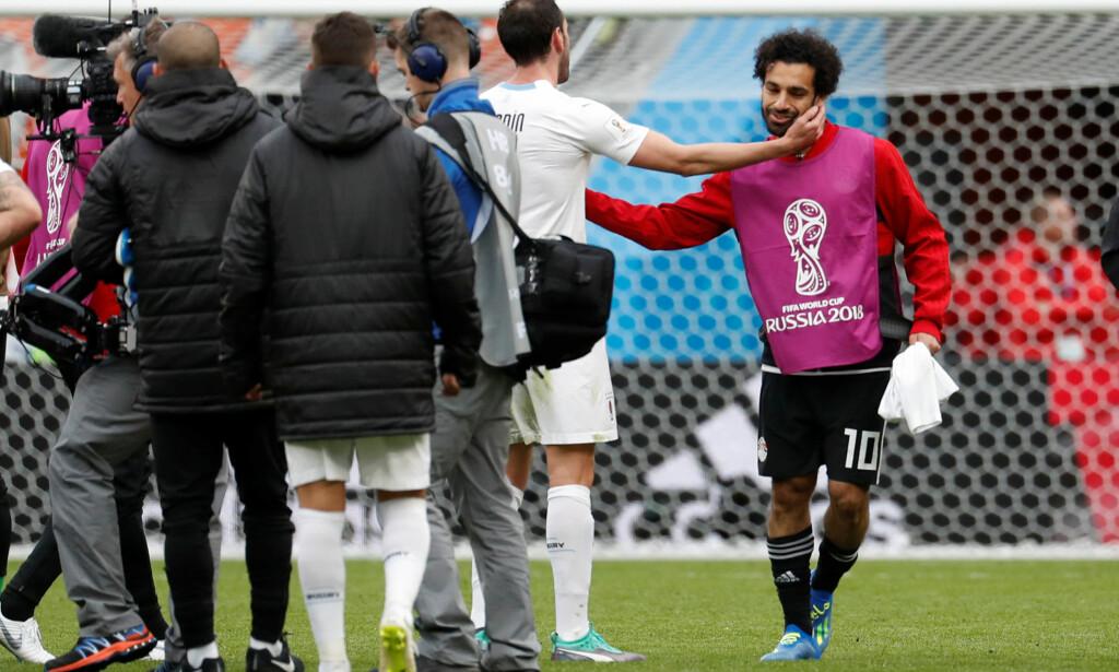 TAKK FOR INGENTING: Mohamed Salah (th) kom ikke på banen før det var over. Her takker han banens beste for kampen han ikke spilte, Uruguays Diego Godin. Foto: REUTERS/Damir Sagolj