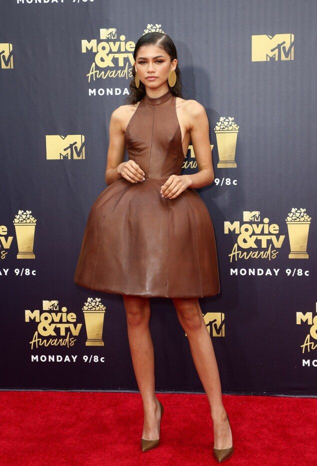KONSTRUERT: Kjolen til den amerikanske skuespilleren Zendaya var laget av brunt skinn, bestående av et stort underskjørt. Foto: NTB scanpix
