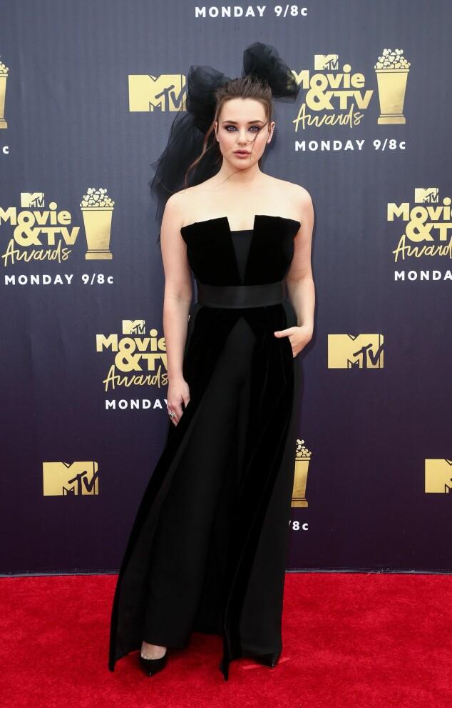 MØRKT: Katherine Langford fra «13 Reasons Why» matchet den mørke kjolen sin med en tyllsløyfe. Foto: NTB scanpix