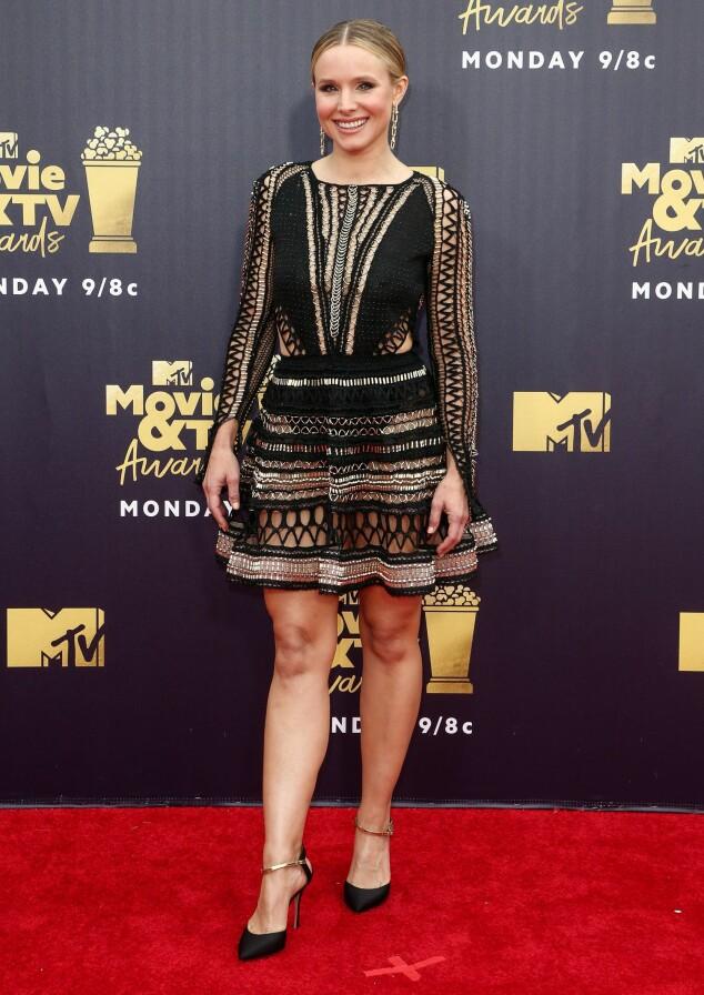 LUFTIG: Kristen Bell hadde på seg en kjole med flere stilige broderinger og hull. Foto: NTB scanpix