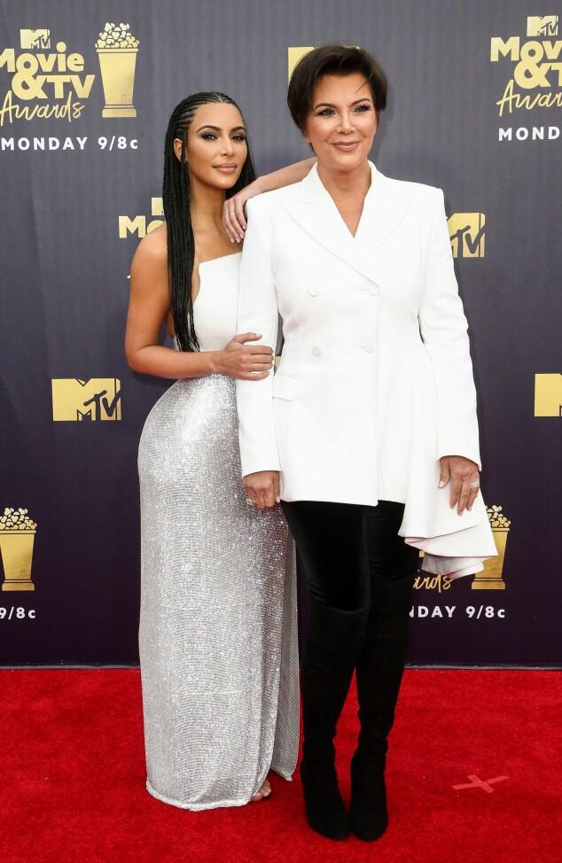MOR OG DATTER: Kim Kardashian og Kris Jenner dukket opp sammen på den røde løperen natt til søndag. Kim hadde på seg et skjørt fra Versace, som hun skrøt av på Instagram tidligere på kvelden. Foto: NTB scanpix