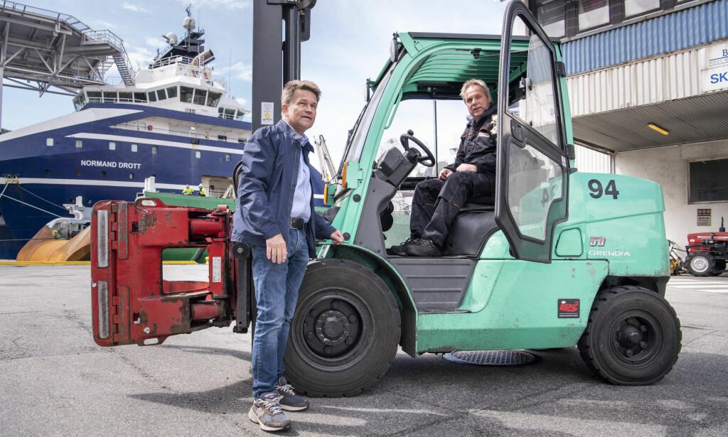 SPLEISELAG: Arne Aarvik (57) (til høyre) er fornøyd med Seljelid Truckutleies nye pensjonsordning, som er et spleiselag mellom ledelsen og de ansatte. Her er han sammen med daglig leder Atle Jenssen. Foto: Lars Eivind Bones