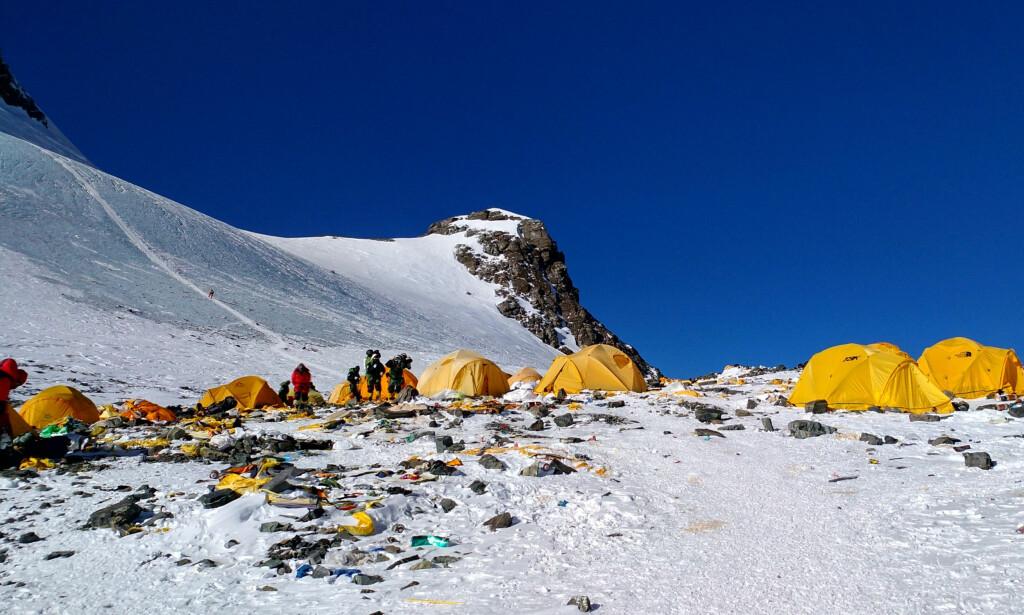 SØPPELFJELL: Etter årets klatresesong, der 600 mennesker nådde toppen av Mount Everest, skjemmes fjellet av tonnevis med søppel og menneskelig avføring. Foto: AFP / NTB Scanpix