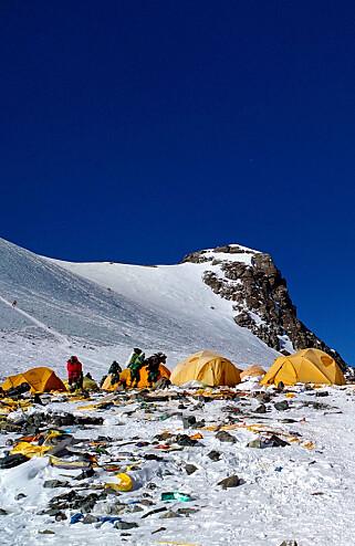 TONNEVIS: Bare i mai ble det hentet ned 8,5 tonn søppel fra Everest. Det er bare en dråpe i havet. Foto: AFP / NTB Scanpix