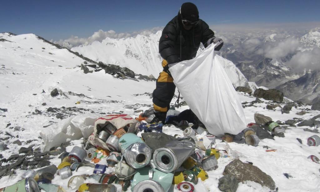 VEDVARENDE PROBLEM: Dette bildet er fra en tidligere sesong, og viser en sherpa som samler inn søppel fra klatrere i 8000 meters høyde. Foto: AFP / NTB Scanpix