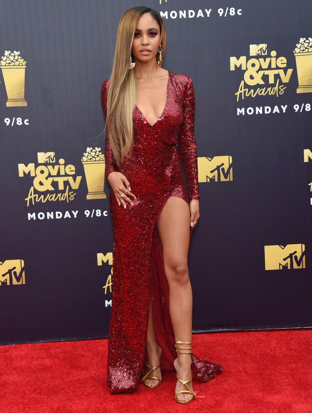 GLITRET: «Riverdale»-stjernen Vanessa Morgan gikk for glitrende rubinrødt på MTV Movie & TV Awards 2018. Foto: NTB scanpix
