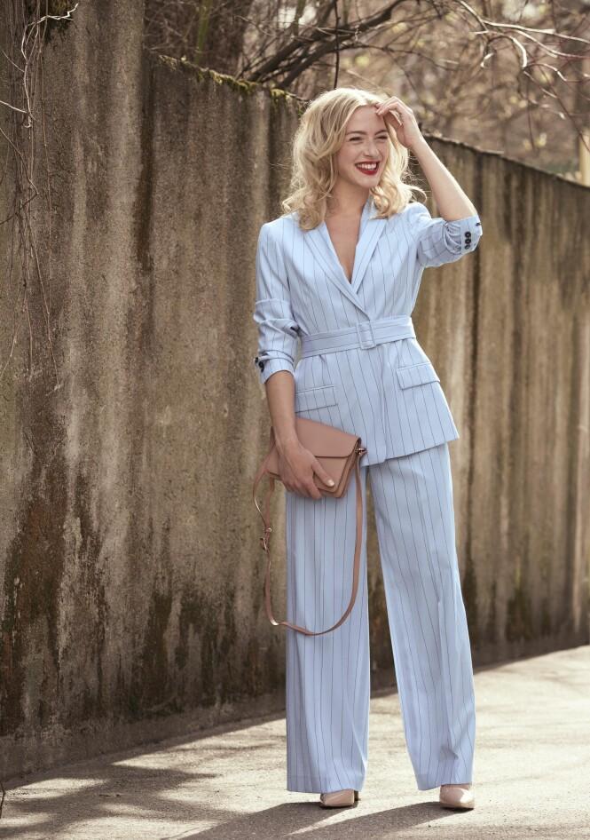 MATCHENDE DRESS: En matchende dress er både pyntet og stilig. Blazer (kr 4000) og dressbukse (kr 2300, begge fra Tiger of Sweden), veske (kr 1895, Adax) og pumps (kr 1295, Sapatos). FOTO: Astrid Waller.