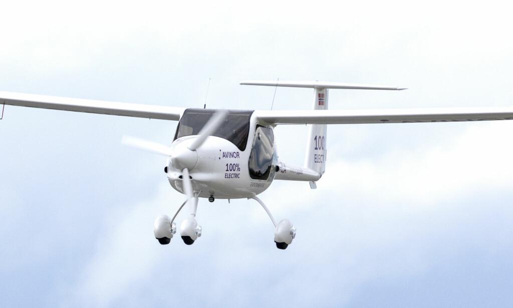 EN SPED START: Et helelktrisk toseters Alpha Electro G2 som blir levert av en av Europas største flyfabrikker, Pipistrel i Slovenia, var mandag på vingene over Gardermoen. Foto: Gorm Kallestad, NTB Scanpix