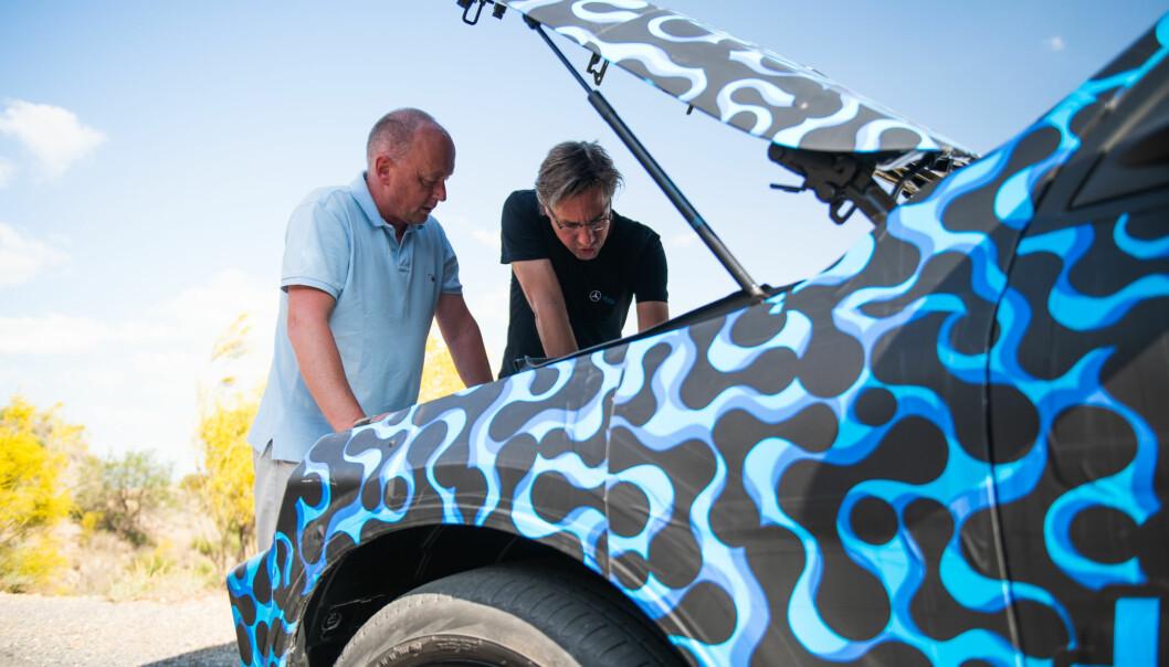 <strong>Hemmelig:</strong> Vi får se, men ikke ta bilde av det som ligger under panseret på nye Mercedes EQC. Prosjektleder Martin Hermsen (t.h.) er vår guide. Foto: Daimler