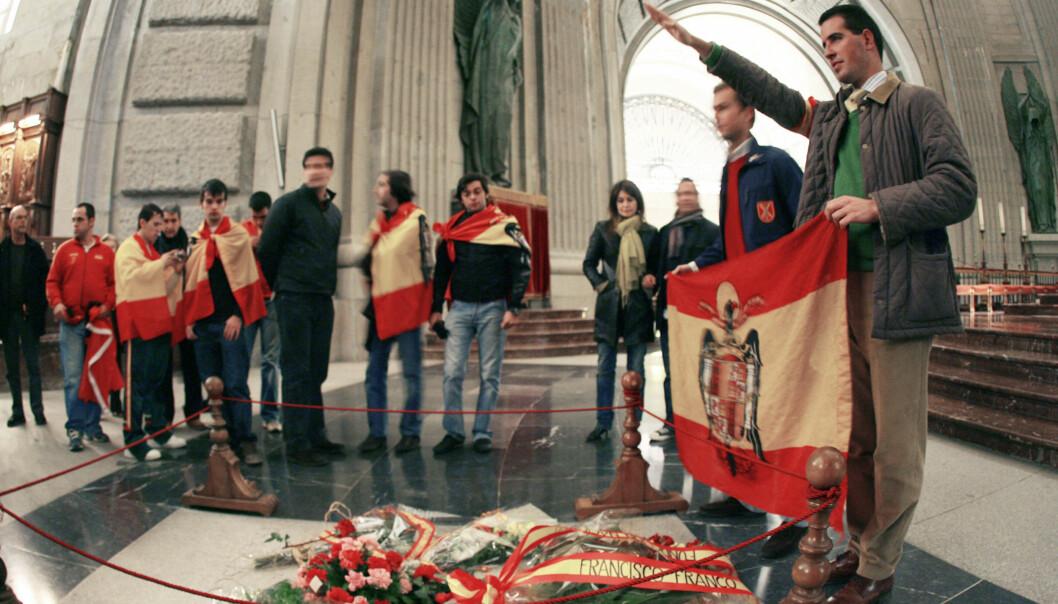 <strong>PILEGRIMER:</strong> Tilhengere av tidligere diktator Francisco Franco samlet rundt grava hans i Valle de los Caídos (De Falnes Dal) i november 2007. Nå vil Spanias nye regjering flytte Francos levninger og gjøre stedet til et museum over borgerkrigens skrekk og gru. Foto: AFP / NTB Scanpix / PHILIPPE DESMAZES