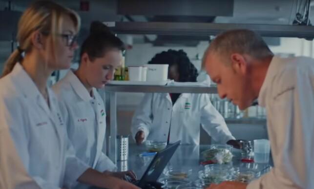 TESTING OG SMAKING: For å lykkes med et godt produkt, trengs det mangfoldige timer med prøving og feiling. Her fra Knorrs smakslaberatorium.