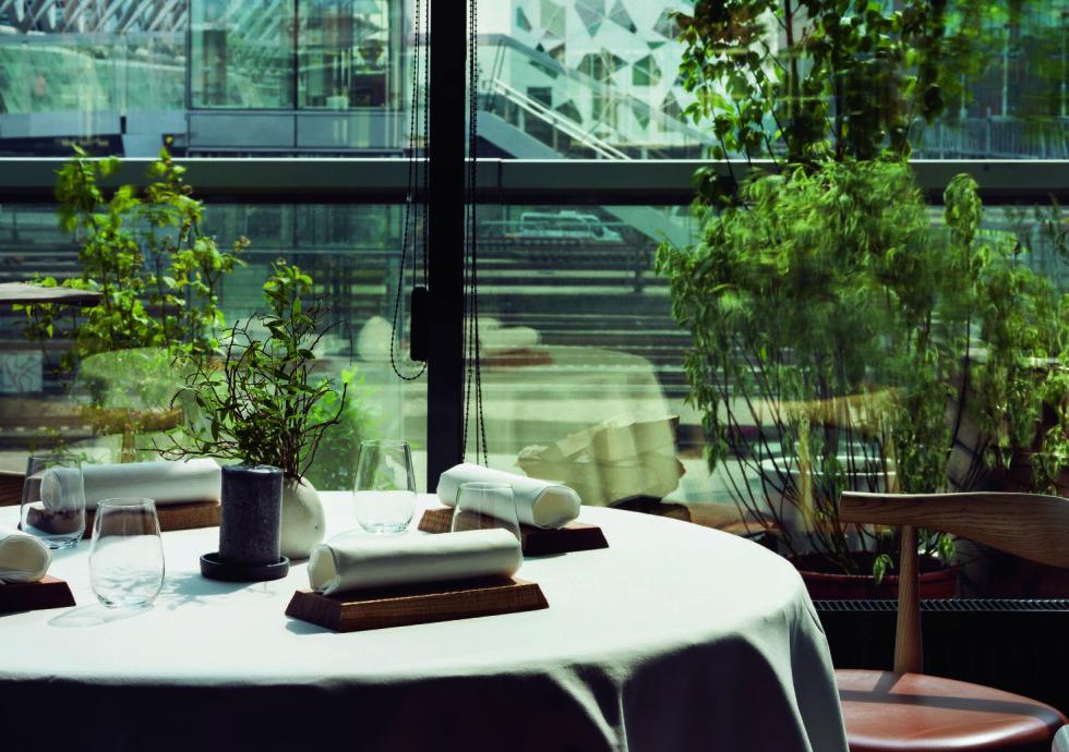 URBANT: Maaemo valgte et utradisjonelt sted for en gourmetrestaurant, rett ved togskinnene ved Oslo S. Restaurantgjestene har også utsikt mot vakre bruer og barcode-byggene. Her får du noen av verdens beste matretter. Foto: Tuuka Koski