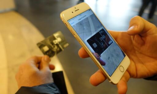 SKANN KORTET: For å legge betalingskort inn i Apple Pay, trenger du bare å skanne dem med lommebok-appen på telefonen. Foto: Trond Bie