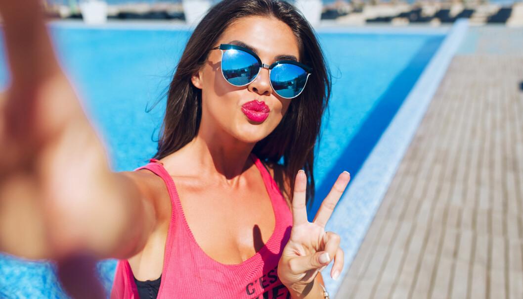 SOSIALE MEDIER: Dersom du skal poste en selfie fra ferien, bør du ifølge en ny undersøkelse sørge for at den i det minste har noe med feriedestinasjonen å gjøre. FOTO: NTB Scanpix