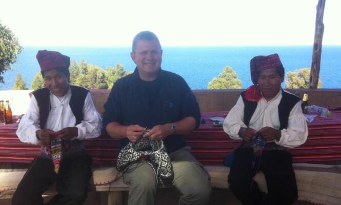 <strong>STRIKKENDE MENN i PERU:</strong> På øya Taquile møtte Elster flere andre menn som strikket. Det er nemlig bare dem som får lov til å gjøre det der. FOTO: Privat / Facebook