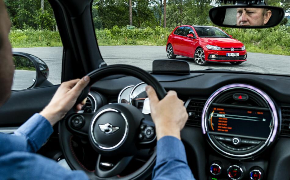 READY FOR ACTION: Den enkleste veien til lykke er små biler med store motorer. Spørsmålet er om Mini og VW har lykkes med Cooper S og Polo GTI. Foto: Jamieson Pothecary
